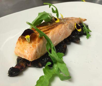 Emplatado del salmón con guiso de puntilla