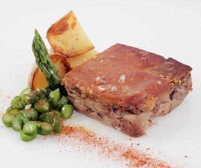 Presentación de la terrina de codillo de cerdo deshuesado foodVAC