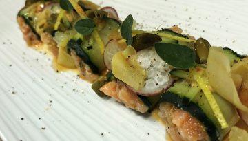 rollito de tartar salmón y pepino