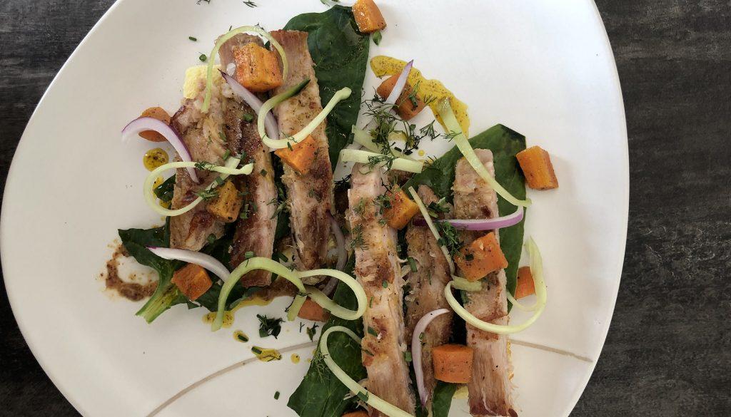 Tosta de secreto Ibérico, zanahoria asada al comino y mostaza dulce