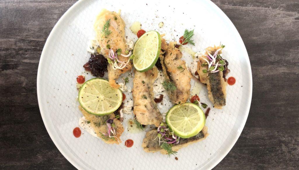 Corvina en tempura con chutney de cebolla y salsa tartara