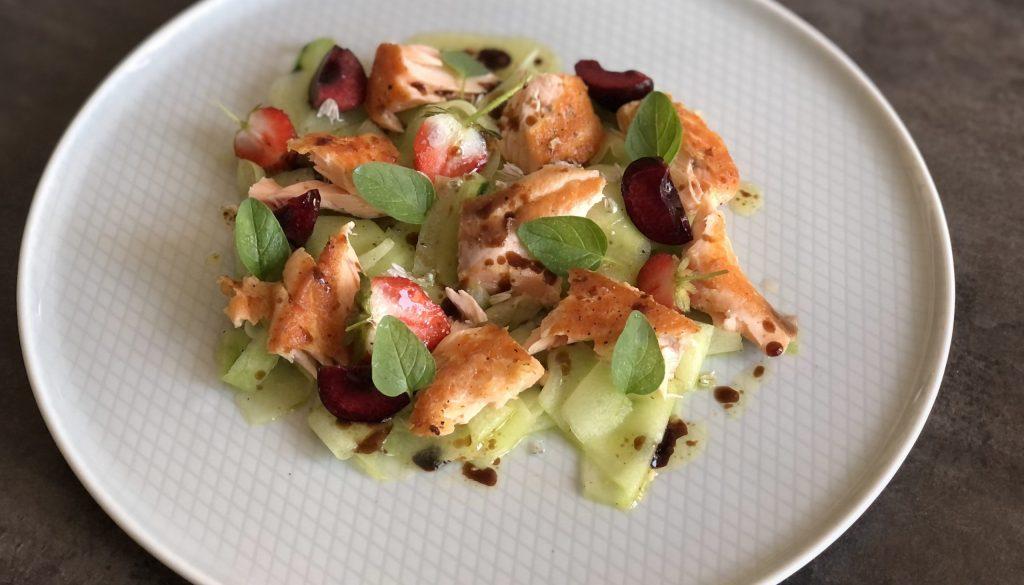 Ensalada de salmón confitado, frutas rojas y pepino
